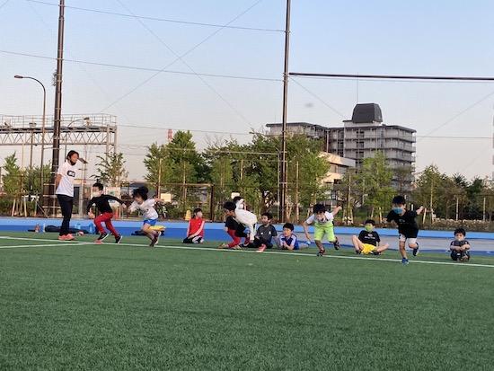 川上コーチの指導のもと低学年は変形ダッシュの練習中です。