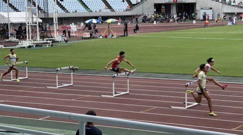 400mHレース中の舘野哲也コーチ